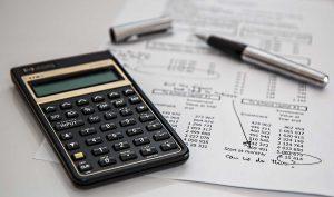calculadora sobre a mesa com folha de impostos do simples nacional