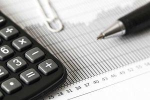 detalhe de calculadora caneta e clips sobre folha com o imposto do simples nacional