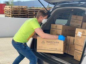 Entregador descarregando entregas de uma loja virtual