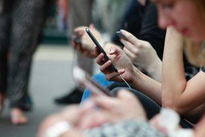 pessoas expostas ao marketing digital usando celulares no metro