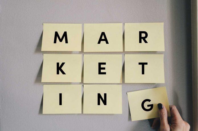 adesivos colados na parede onde de se marketing