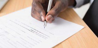 detalhe da mao de um empreendedor assinando um contrato de vesting