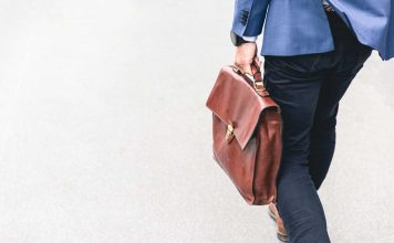 detalhe de empresario individual carregando bolsa