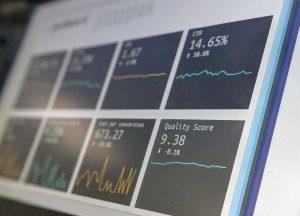 detalhe de tela de computador com analise de marketing digital