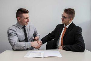 dois empreendedores aperto as maos fechando um contrato de vesting