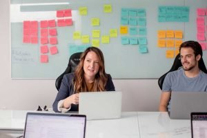 empreendedora e assistente na mesa de trabalho discutindo um contrato de vesting