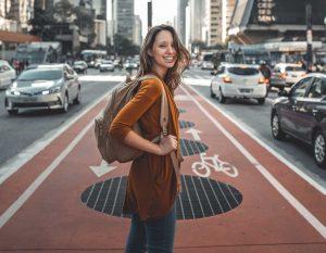 empresaria individual mei andando pelas ruas de sao paulo