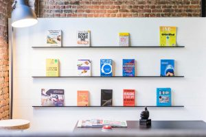 estante com livros sobre empreendedorismo e startups