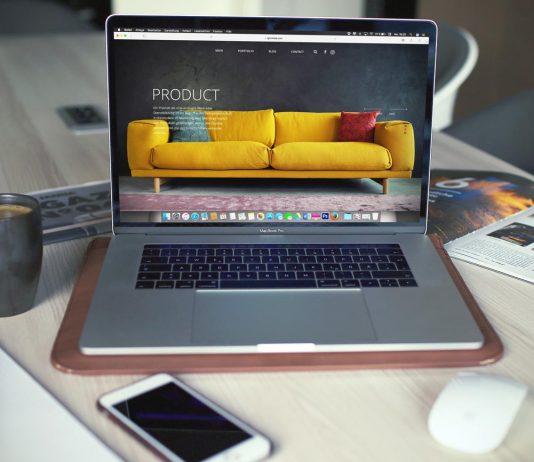 computador sobre mesa com artigos em volta acessando uma loja virtual