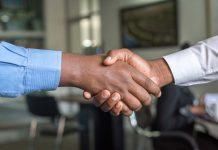 duas pessoas de RH apertando as mãos
